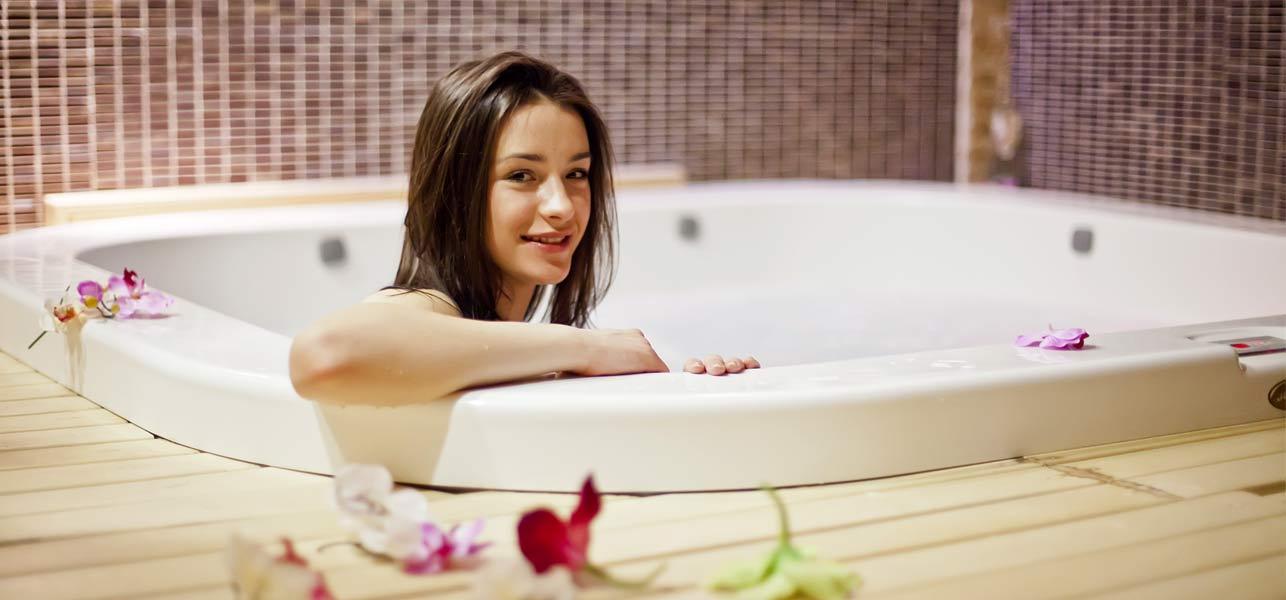 два видео как женщина принимает ванну так приятно