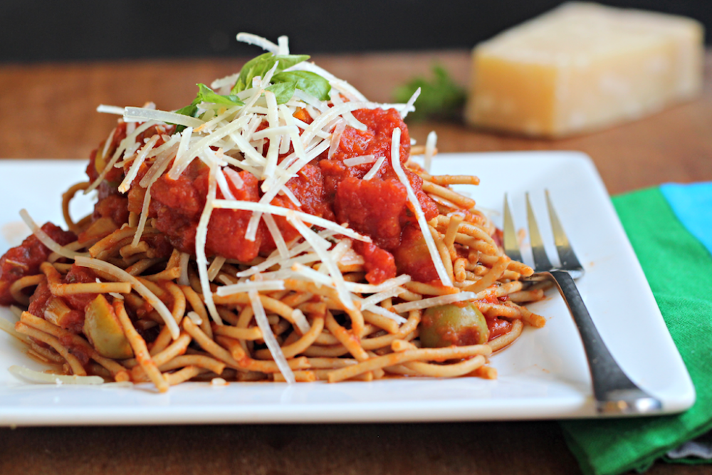 Spaghetti Puttanesca &quot;width =&quot; 1000 &quot;height =&quot; 667 &quot;/&gt;</p><p>Préparation: 10 minutes</p><p>Temps de cuisson: 10 minutes</p><p>Temps total: 20 minutes</p><p>Rendement: 6 portions de 1 tasse</p><p> <strong>Ingrédients:</strong></p><ul><li>1 cuillère à soupe d&#39;huile d&#39;olive extra vierge</li><li>1/2 tasse d&#39;oignon jaune, coupé en petits dés</li><li>3-4 anchois en conserve, hachés</li><li>2 grosses gousses d&#39;ail émincées</li><li>½ cuillère à café de flocons de piment rouge</li><li>2 cuillères à soupe de pâte de tomate</li><li>1 boîte de 28 onces de tomates en dés</li><li>2 cuillères à café d&#39;origan séché</li><li>2 cuillères à soupe de câpres</li><li>1/3 tasse d&#39;olives vertes dénoyautées, tranchées</li><li>1 paquet Pereg Gourmet Quinoa Spaghetti (8oz)</li><li>Sel casher</li><li>½ tasse de fromage parmesan râpé <span class=