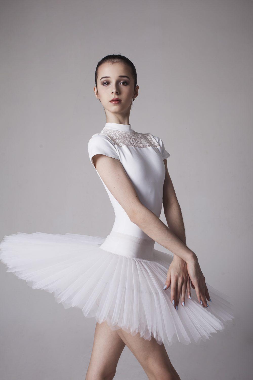 Maria Khoreva &quot;width =&quot; 1000 &quot;height =&quot; 1500 &quot;/&gt;</p><p>Maria Khoreva est une jeune ballerine russe super talentueuse âgée de 18 ans avec le ballet Mariinsky. Les experts, se référant à ses compétences uniques sans précédent et à sa technique parfaite, pensent que Maria est la meilleure du monde depuis des années. Un fait significatif est que Maria Khoreva a commencé sa carrière au Mariinsky Ballet avec un contrat de soliste, qui n'a été accordé qu'à Nureev et Nizhinsky avant elle.</p><p> <b>Pour tous ceux qui admirent le ballet et les ballerines, ils doivent lire l&#39;interview exclusive de Women Khound avec Maria Khoreva.</b></p><h5>Namita Nayyar:</h5><p>À l&#39;âge de 18 ans, vous êtes considéré comme la meilleure ballerine que le monde du ballet ait jamais connu. Qu&#39;est-ce qui vous a attiré vers le ballet?</p><h5>Maria Khoreva:</h5><p>C&#39;était loin d&#39;être une histoire romantique comme pour beaucoup d&#39;autres jeunes filles quand elles avaient été charmées par une scène de ballet à la télévision ou sur une scène de théâtre et avaient pour objectif de devenir un jour une star du ballet. Pour moi, c&#39;était comme une série d&#39;étapes menant au ballet. À l&#39;âge de trois ans, j&#39;ai commencé à faire de la gymnastique rythmique. Et ce fut un voyage si intéressant de devenir plus puissant à travers les pertes et les échecs et de découvrir ma force intérieure et extérieure. Puis, à l&#39;âge de six ans, mon chorégraphe m&#39;a dit un secret: j&#39;ai des jambes légères, ce qui est super précieux en ballet. C'est ainsi que l'idée du ballet est née. Et puis, à l&#39;âge de neuf ans, quand j&#39;ai eu le temps de passer une audition pour l&#39;académie Vaganova, ma chance ne m&#39;a pas manqué et j&#39;ai été invité.</p><div style=