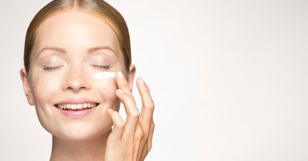 retinol &quot;width =&quot; 1000 &quot;height =&quot; 525 &quot;/&gt;</p><p>Le collagène est responsable du lissage, du raffermissement et du renforcement de votre peau, ce qui le rend plus résistant aux rides nouvelles et existantes.</p><p> <b>Bakuchiol</b>un antioxydant naturel présent dans les feuilles et les graines de l&#39;herbe à babioles (Psoralea corylifolia), originaire de l&#39;Inde. Il est extrait de la plante et a été scientifiquement étudié et prouvé pour fonctionner de la même manière que le rétinol. Dans un article publié dans International Journal of Cosmetic Science, les auteurs ont déclaré que, bien que le bakuchiol ne ressemble en rien aux rétinoïdes, il peut fonctionner de la même manière. Il stimule la production de collagène dans votre peau pour lisser les rides et vous protéger de celles que vous n'avez pas. Bakuchiol fait tout cela sans causer de sécheresse, d&#39;irritation ou de flocons. <span class=