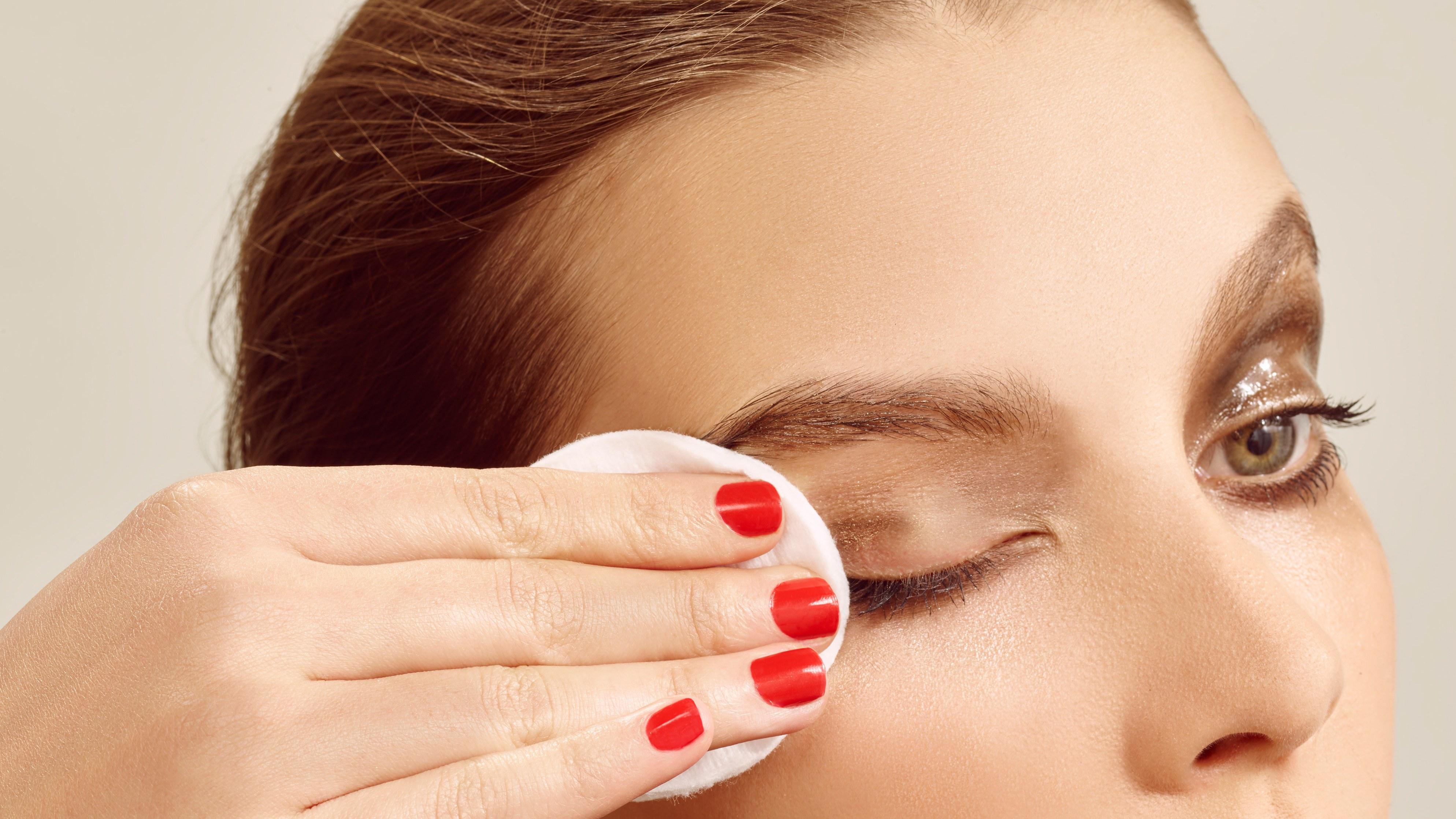 """Dano Ocular &quot;width =&quot; 3976 &quot;height =&quot; 2237 &quot;/&gt;</p><p>Esta semana, a Dra. Amy Hong aborda erros simples que tendemos a fazer ao usar vários produtos para os olhos e pode acabar no hospital.</p><p> <b>Não. 1:</b> <b>Compartilhando cosméticos para os olhos, especialmente delineador e rímel:</b></p><p>""""Nossa pele (incluindo as pálpebras) abriga bactérias e vírus, assim como lágrimas, que são fl uidos corporais. Quando a ponta do aplicador de maquiagem dos olhos encontra a pele e as lágrimas, as bactérias e os vírus que residem ali se ligam ao aplicador. Depois que o aplicador for reinserido no tubo, a maquiagem interna estará contaminada. """"<span class="""
