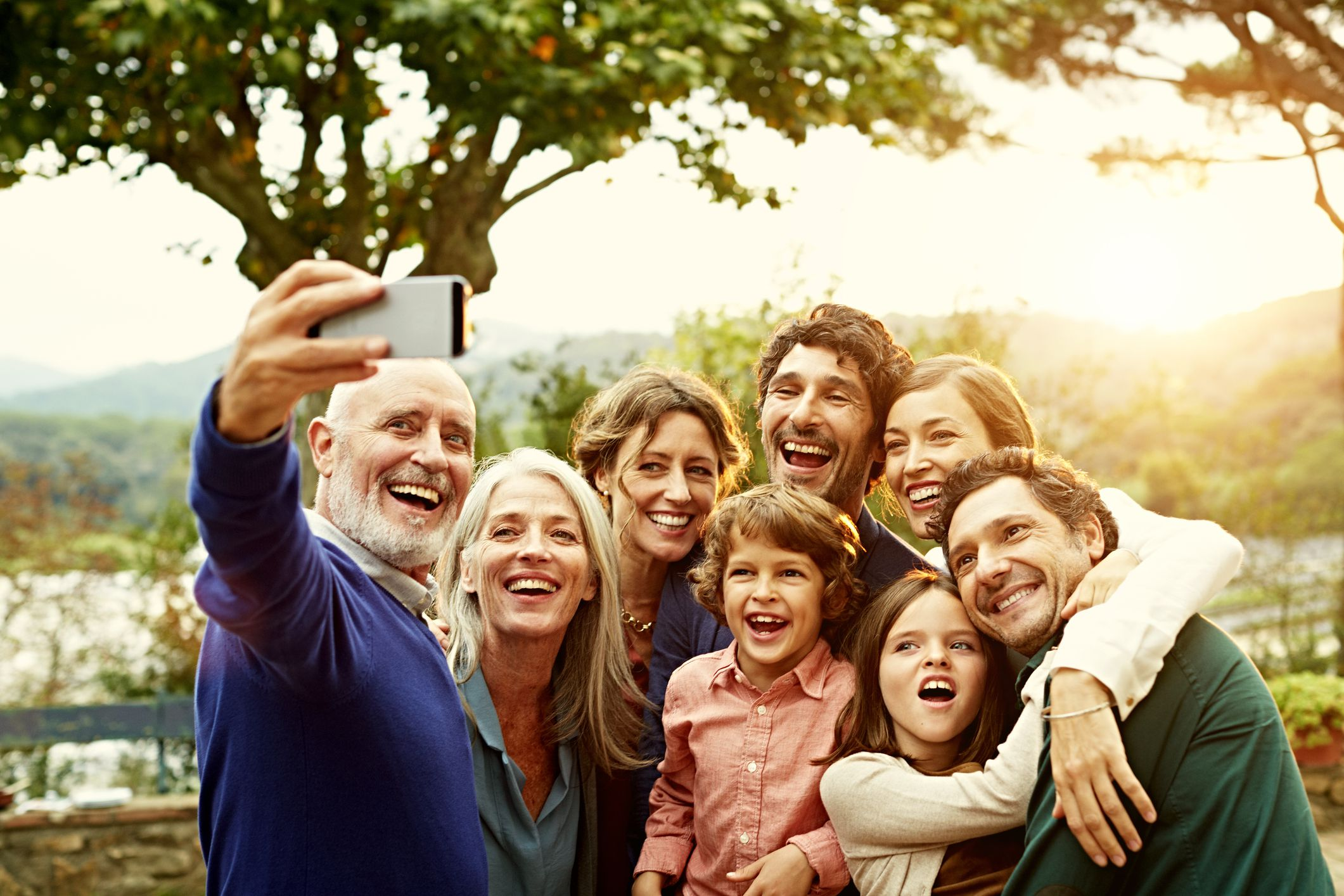 Family Bonding Atividades &quot;classe =&quot; wp-image-50694 &quot;/&gt;</figure></p></div><p>Família… a palavra para a maioria das pessoas evoca<br/> imagens de jogos de tabuleiro pelo fogo e feriados reunidos em torno do jantar<br/> mesa. No entanto, todo mundo sabe que há mais do que isso, com a família<br/> dinâmica e história entrando em jogo também. Algumas famílias rapidamente se afastam<br/> à medida que as crianças crescem, os empregos exigem mudança e os membros da família ficam ocupados. Para o<br/> família que ainda está perto na distância, há alguns vínculos familiares<br/> atividades que você pode participar para ajudá-lo a ficar tão perto quanto você quer ser.<br/> Aqui estão algumas maneiras de reunir as gerações.</p><h4>Trace sua árvore genealógica juntos</h4><p>Não há nada como mergulhar na história de<br/> sua árvore genealógica para unir as pessoas. Se você está se perguntando sobre<br/> sua árvore genealógica e tentando pensar em uma maneira de aproximar sua família, então<br/> isso pode ser apenas isso. Reúna todos juntos, coloque o café e<br/> pesquise a ascendência da sua família, pesquisando <a href=