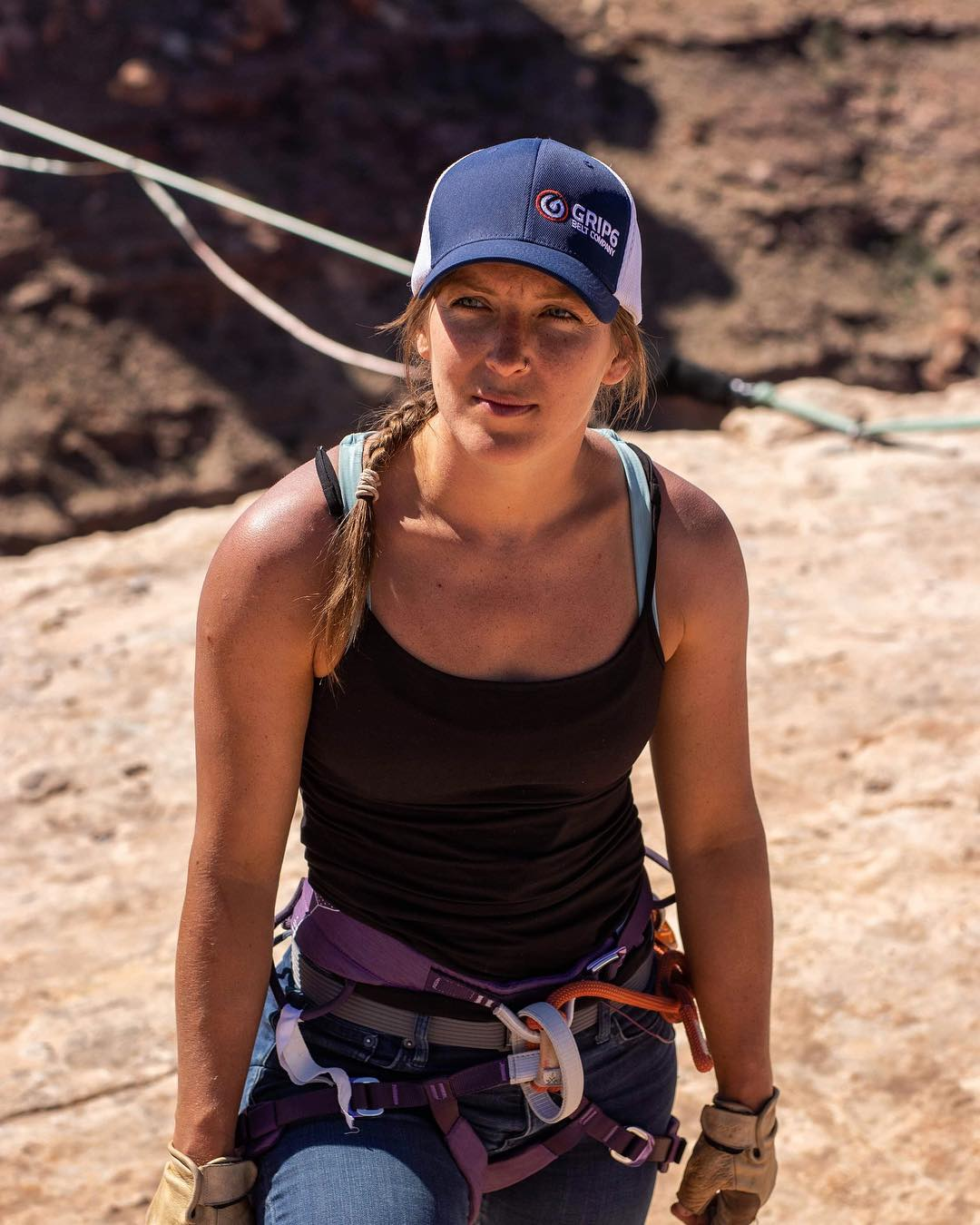 """Faith Dickey &quot;classe =&quot; wp-image-51084 &quot;/&gt;</figure></p></div><p>Faith Dickey é um slackliner profissional especializado em solos de linhas altas, longlining e free. Ela estabeleceu o recorde mundial feminino para o comprimento de Highlining a 345 pés (105m) em Moab, Utah. Ela também é a primeira mulher a ultrapassar a marca de 100 metros em highlining. Seu recorde de altura foi nos Alpes suíços a 4000 pés (1200m) do vale. Faith tem mais de 30 solos livres (andando sem coleira de segurança), o mais longo dos quais é 28m, também um recorde mundial feminino.</p><h5>Namita Nayyar:</h5><p>""""O que começou como uma atividade de verão em minha cidade natal se transformou em um vício que muda a vida e altera a mente."""" Conte-nos sobre sua jornada profissional em altos planos que começou em uma idade jovem. Como tudo começou?</p><h5>Fé Dickey:</h5><p>Eu estava a caminho de estudar design de moda na cidade de Nova York, trabalhando não menos do que cinco empregos, quando adormecer ao volante me deu um alerta repentino. Eu percebi que eu tinha sido tão &quot;nariz para o rebolo&quot; na minha tentativa de economizar dinheiro para os meus sonhos que eu não tinha certeza de quem eu era ou o que eu realmente queria. Trabalhar horas de trabalho de 80 horas cobrava seu preço e, apesar de eu ter me afastado do meu veículo capotado, sabia que precisava tirar algum tempo para mim. Então, comecei a ir ao parque e contemplar meus planos. Foi aqui que descobri o slackline, apenas entre as árvores no início, mas o pouco de liberdade me levou a embarcar em uma viagem só de ida para a Europa, onde descobri o highlining. De lá, não havia como voltar atrás.</p><div style="""