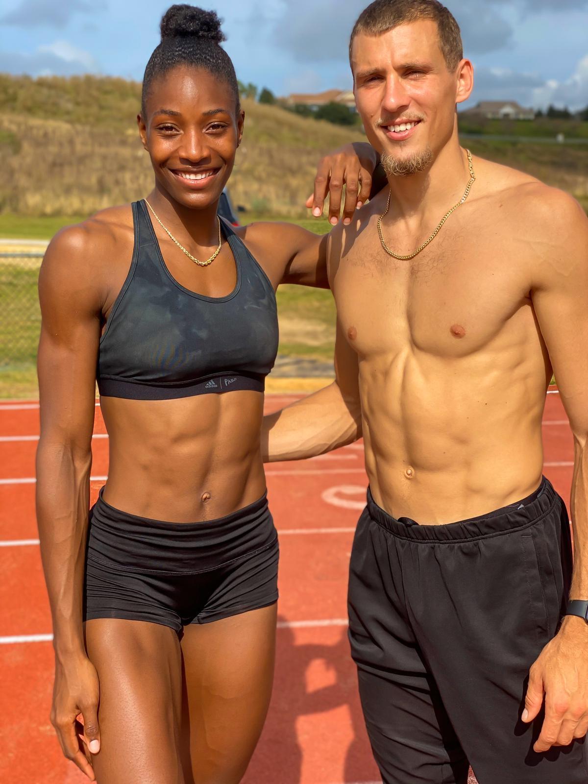 Med henne atletisk kropp och Färgat hårtyp utan behå (kupstorlek ) på stranden i bikini